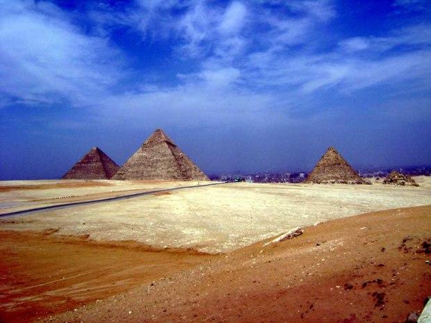 three pyramids in giza